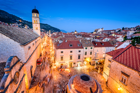 Dubrovnik, Kroatië. Zonsondergang gouden licht over de daken van de oude stad van Ragusa (Duvrovnik).