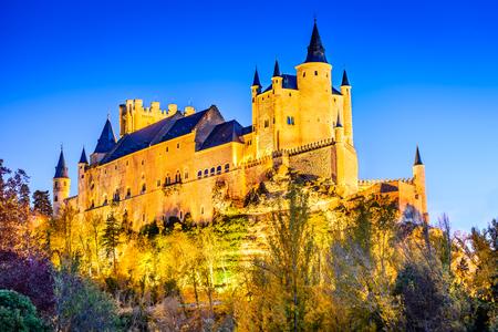セゴビア、スペイン。セゴビア城アルカサルと呼ばれ、カスティーリャ ・ イ ・ レオン州の第 12 世紀に建てられた秋の夕暮れビュー 写真素材