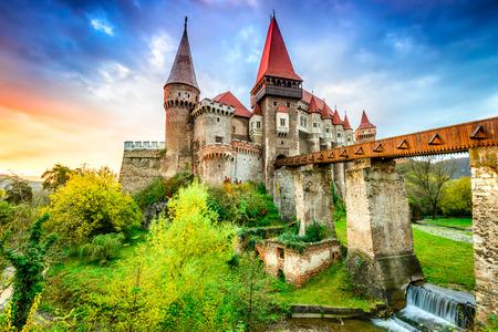 목조 다리, Hunedoara, Transylvania, 루마니아, 유럽 Corvin 성의 아름 다운 파노라마.