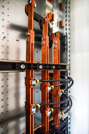 Barres de bus et armoire basse tension pour l'électricité et la distribution d'électricité. Tension électrique ininterrompue. Banque d'images - 81616552