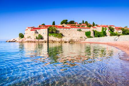 snění: Sveti Stefan, Černá Hora. Výhled s fantastickým malým ostrovem na pobřeží Jaderského moře, město Budva.