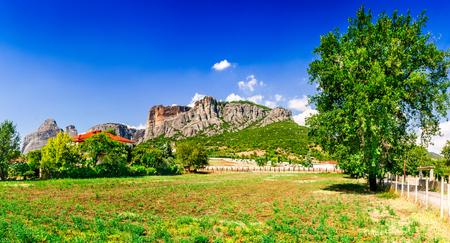 monasteri: Kalabaka, Greece. City Kastraki (Kalambaka) with rocky mountains of Meteora, the landmark of six monasteries in Thessaly. Archivio Fotografico