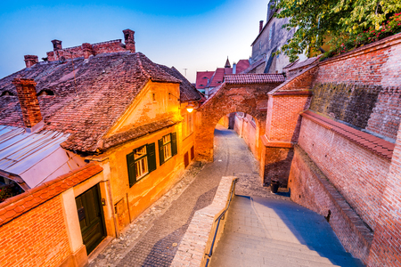 Sibiu, Roemenië - Passage van de Trappen en de Lutherse kathedraal in de schemering. Saxon-stad van Transsylvanië. Stockfoto - 85347367