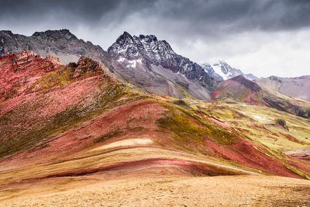 Vinicunca, Peru - 안데스 산맥, Cordillera de los Andes, 남미의 쿠스코 지역에있는 Cordillera Vilcanota 및 Rainbow Mountain (5200 m).