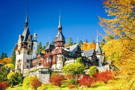 ペレシュ城、ルーマニア。ヨーロッパのシナヤ、カルパティア山脈の有名なネオルネッサンス城と観賞用庭園。 報道画像