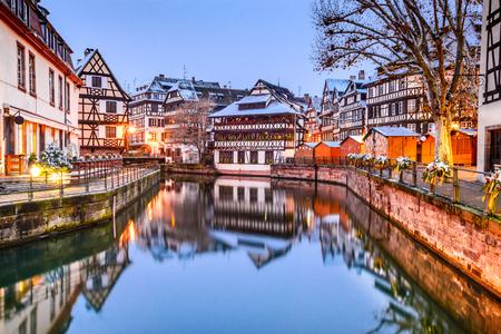 스트라스부르, 프랑스. 소규모 프랑스에서 크리스마스 시장 오래 된 지구의 Strassburg 알자스에서. 스톡 콘텐츠