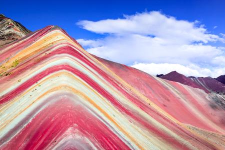 ヴィニカンカ, ペルー - アンデスのウィニチュカレインボーマウンテン(5200メートル)、南アメリカのコルディエラデロスアンデス、クスコ地域。 写真素材 - 95996286
