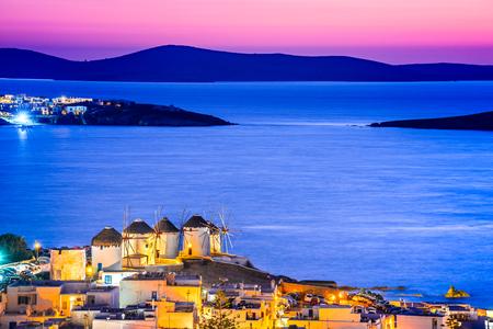Mykonos, Griekenland. Kato Mili windmolen bij zonsondergang en Egeïsche Zee, Mikonos, Cycladen eilanden.