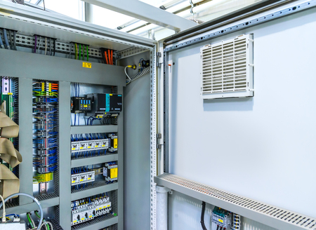 Connecteur électrique à fusible automatique dans les lignes électriques. Boîtier électrique industriel, carte de panneau de commande de commutateur.