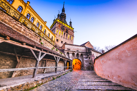 Sighisoara, Transylvania, Romania with famous medieval fortified city and the Clock Tower built by Saxons. Banque d'images - 100698568