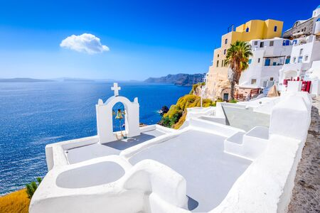 Oia, Santorini - Greece. Famous attraction of white village with cobbled streets, Greek Cyclades Islands, Aegean Sea. 免版税图像