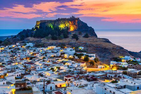 Rhodos, Griechenland. Lindos kleines weiß getünchtes Dorf und die Akropolis, Landschaft der Insel Rhodos an der Ägäis.