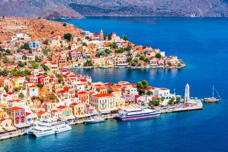Simi, Grecia. Villaggio colorato delle case nelle isole del Dodecaneso, Rodi.