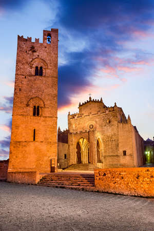 Erice, Sicily - Santa Maria basilica, norman architecture in south  of Italy, twilight view. 免版税图像
