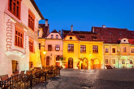 Sighisoara, Romania - Night scene downtown in saxon Transylvania. 免版税图像