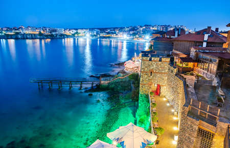 Sozopol, Bulgaria. Idyllic ancient walls of Apollonia and Black Sea seaside. 免版税图像