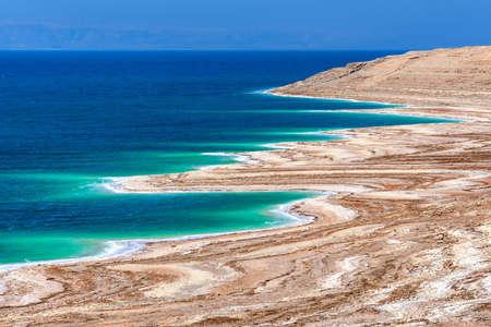 Dead Sea, Jodran. View of Dead Sea coastline with salt crystals in sunlight, salty sea shore. 免版税图像