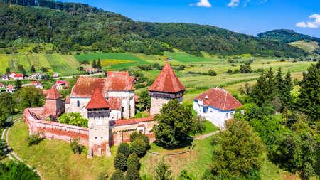 Alma Vii, Transylvania in Romania. Village and fortified church saxon landmark in Eastern Europe. 免版税图像