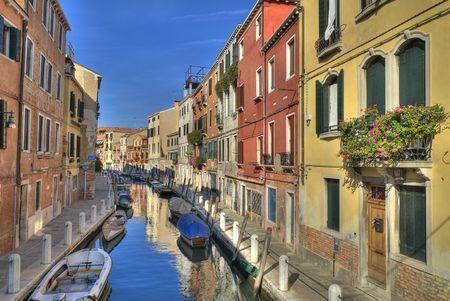 典型的なベネチアの運河で - イタリア、美しく着色された家 写真素材