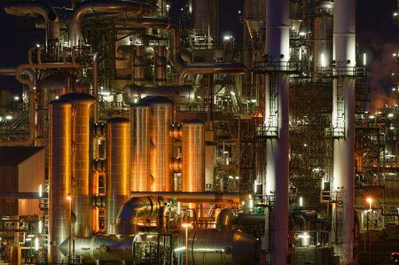 Detalles íntimos de una planta de producción química en la noche