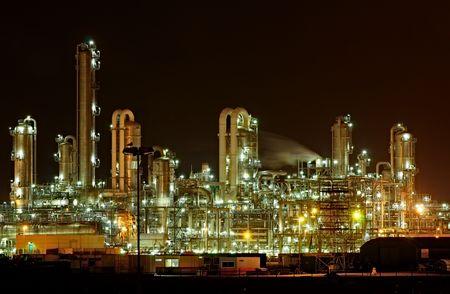 productos quimicos: Planta de producci�n qu�mica en la noche  Foto de archivo