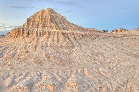 pin�culo: Erosionado pin�culo de arcilla y los patrones en las dunas del Parque Nacional de Mungo, Australia