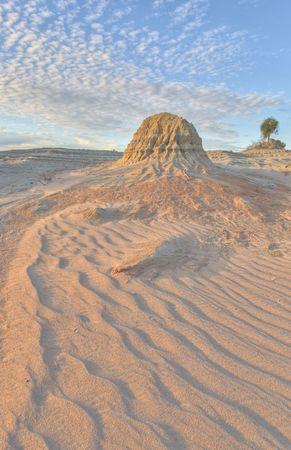 pin�culo: Erosionado pin�culo de arcilla en las dunas del Parque Nacional de Mungo, Australia