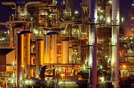 Detalles íntimos de una planta de producción química en la noche  Foto de archivo