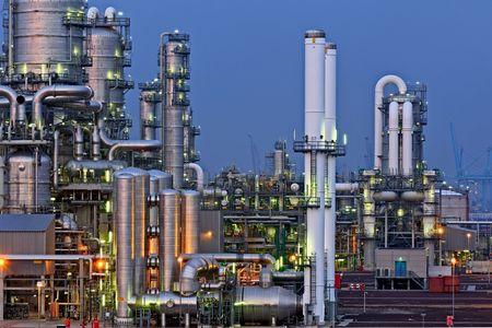 夜の化学製品製造施設の親密な細部