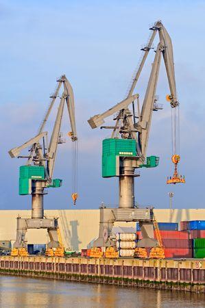 に対してロッテルダム港におけるコンテナー ターミナル シーン