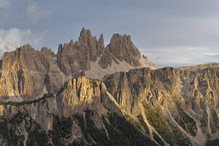 Croda da Lago & Lastoni di Formin mountain ranges seen from Rifugio Cinque Torri, Dolomites. Banco de Imagens