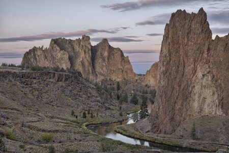 The Smith Rock area is made up of layers of recent basalt flows overlaying older Clarno ash and tuff formations. Standard-Bild - 133301557