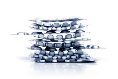 blister: stapel pillen in een blister geïsoleerd op witte achtergrond Stockfoto