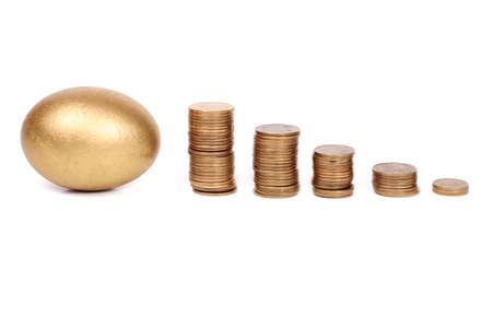 huevos de oro: Los huevos de oro y monedas  Foto de archivo
