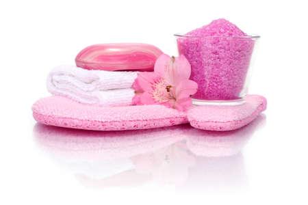 reflexion: cuarto de ba�o rosa composici�n con guante de lavado, ba�o de sal, jab�n, toalla y flores (con reflexi�n)