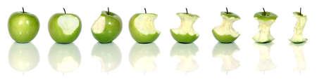 noyau: manger un savoureux appleisolated vert sur blanc  Banque d'images