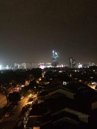 paradigma: Vista nocturna de un condominio Foto de archivo