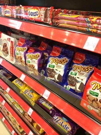 チョコレート スナックや棚の上のクッキー
