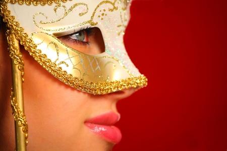 perfil de mujer rostro: Retrato de una mujer joven que llevaba una máscara veneciana Foto de archivo