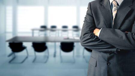 abogado: Empresario de pie en una sala de conferencias