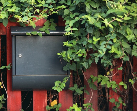 buzon: Buzón de metal en una valla Foto de archivo