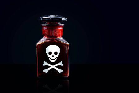 veneno frasco: Veneno botella en bacground negro, copia espacio Foto de archivo