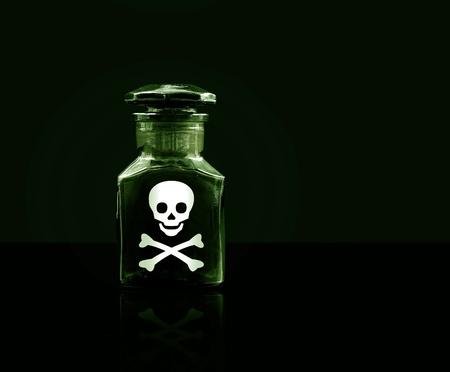 veneno frasco: Poison botella sobre fondo negro, copia espacio