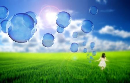 burbujas jabon: Niño jugando con pompas de jabón Foto de archivo