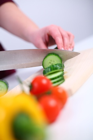 mujeres cocinando: Mujer preparando una ensalada de vegetales, someras DOF Foto de archivo