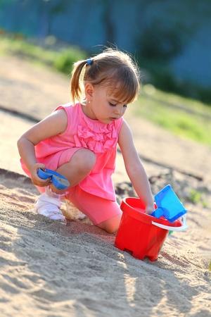 Mädchen spielen im Sandkasten Lizenzfreie Bilder
