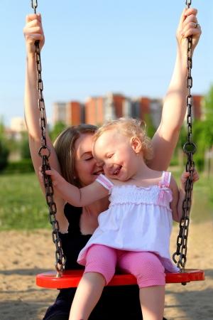 Mutter und Tochter, die Spaß im Park