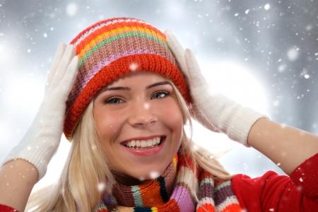Glückliches Mädchen tragen Winterkleidung