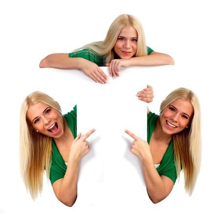collage caras: Mujer joven que señala en algo. Fondo blanco