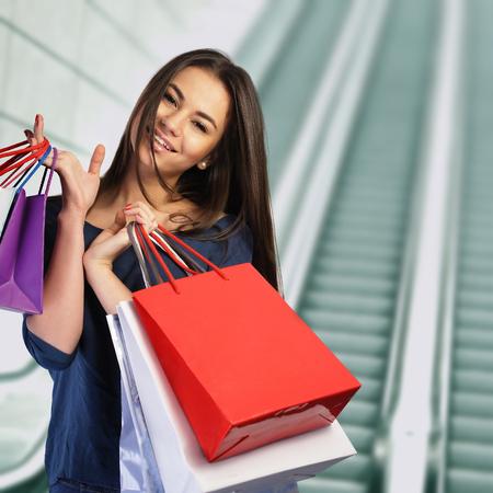 compras compulsivas: Mujer de compras en el centro comercial